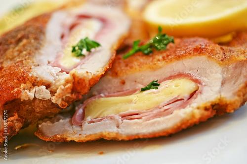 Fotobehang Restaurant Klassisches Cordon Bleu (gefülltes Schweineschnitzel)