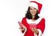 Frau gibt ein Geschenk an Weihnachten