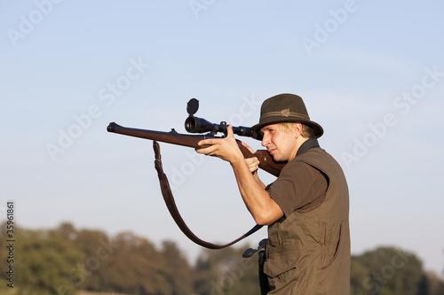 Fotobehang Jacht Jäger zielt durchs Zielfernrohr