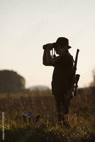 Jäger im abendlichen Gegenlicht