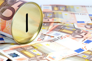 Hucha y billetes de 50€