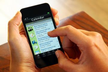 Businessfaru mit Smartphone Kalender