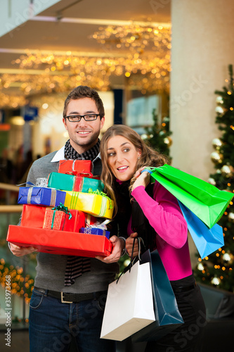 Paar an Weihnachten in Kaufhaus beim Einkaufen