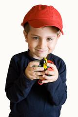 bambino con macchinine in mano