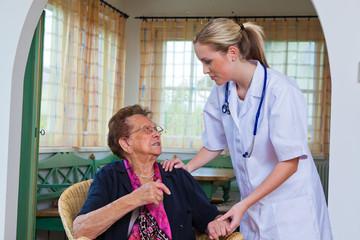 Seniorin beim Arzt