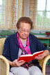 Senioren sitzt in einem Sessel
