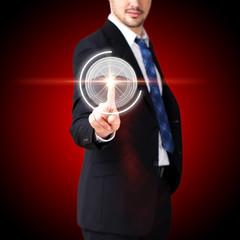 Mann drückt virtuellen Knopf