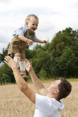 Vater wirft Sohn in die Luft