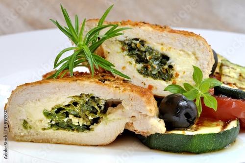 nadziewany filet z kurczaka z grillowanymi warzywami - 35992830