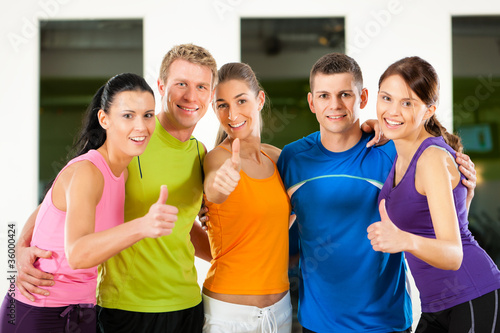 Gruppe bei Fitness Training im Studio