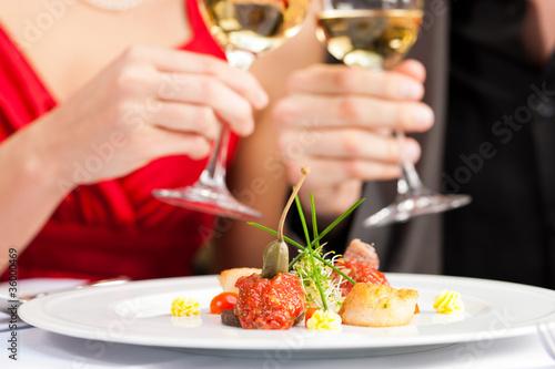 Paar beim Essen in sehr gutem Restaurant - 36000469