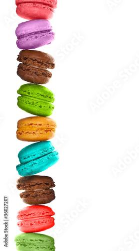 Macarons multicolores empilés, fond blanc