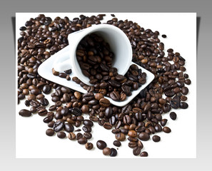 Tazzina con chicchi di caffè