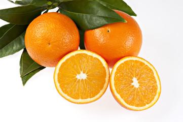 Orangen und Orangenhälften mit Blättern, isoliert I