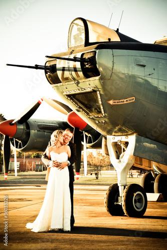 sexy-mloda-para-slub-doroslych-stojacych-z-starych-samolotow-wojennych