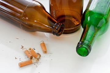 zigaretten und glasflaschen