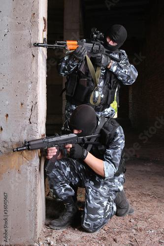 terrorysci-w-czarnych-maskach-z-bronia