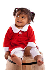 fillette souriante avec sa robe rouge