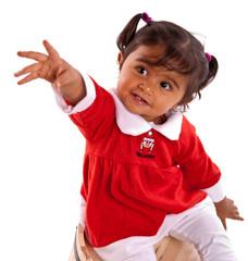 fillette réunionnaise de 14 mois levant la main