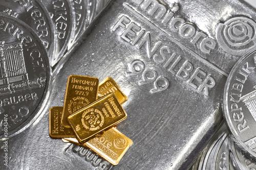 Goldbarren auf Silberbarren