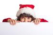 Frau im Weihnachtskostüm schaut über Werbetafel