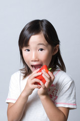 ピーマンを食べる女の子