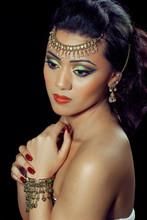 Belle femme asiatique / indien avec le maquillage de mariée et les bijoux