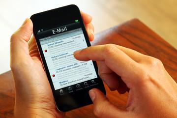 Businessfrau mit Smartphone E-Mail
