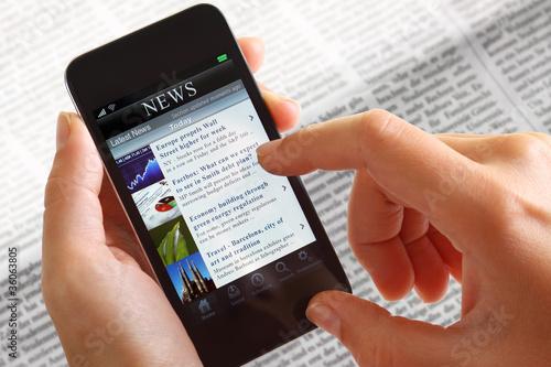 Leinwanddruck Bild Businessfrau mit Smartphone News