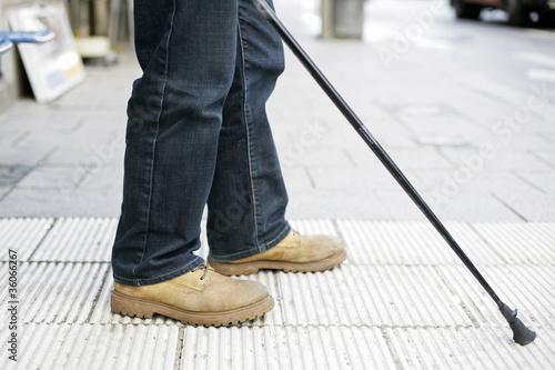 Mann mit Blindenstock
