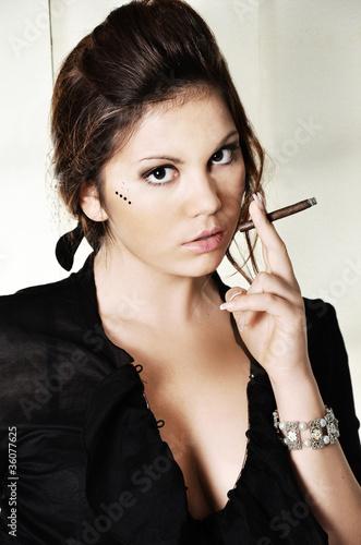 Leinwandbild Motiv sigaro fumare ragazza tabacco