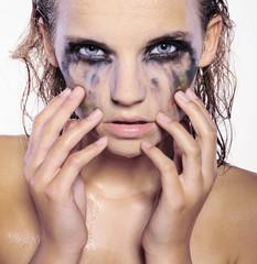 dziewczyna z rozmytym makijażem
