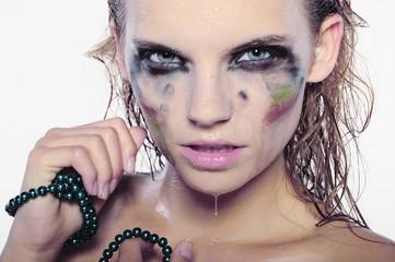 modelka z rozmytym makijażem i perłami