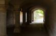Säulen in einem Tunnel / Gewölbe