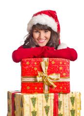 lachende Frau auf Weihnachtsgeschenken