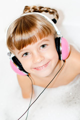 Child with the bonnets that he/she listens to the music
