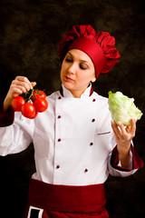 Chef che esamina la verdura
