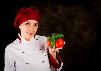 Chef con pomodori e basilico