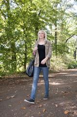 junge frau spaziert im park