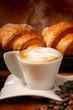 Buon risveglio con cappuccino e brioches calde