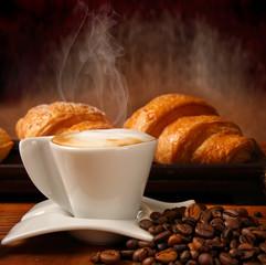 Caffè macchiato servito con cornetti freschi