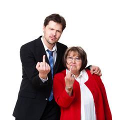 junger Geschäftsmann und ältere Frau zeigen Stinkefinger