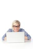 studentin mit brille am laptop