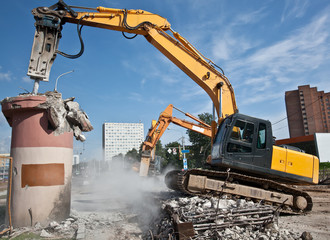 Hydraulic Crushing Hammer demolishing concrete structures