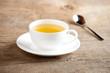 Tasse mit goldgelben Tee