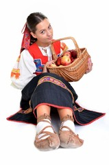 femme avec pommes dans le panier