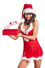 Frau in Dessous öffnet Weihnachtsgeschenk