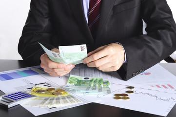 liczenie pieniędzy przez pracownika
