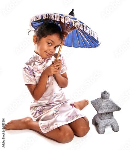 enfant en tenue asiatique