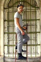 Junger Arbeiter auf der Leiter